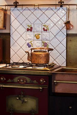 cucina antica: Interno della vecchia cucina con un bollitore di rame sul fornello
