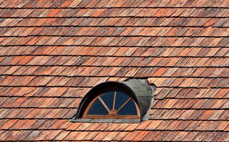 dormer: Ventanas de Dormer y rojo crea un mosaico con techos de metal  Foto de archivo