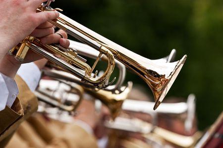 Een muzikant speelt zijn gouden trompet
