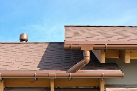 traufe: Haus Dach und Rinnen