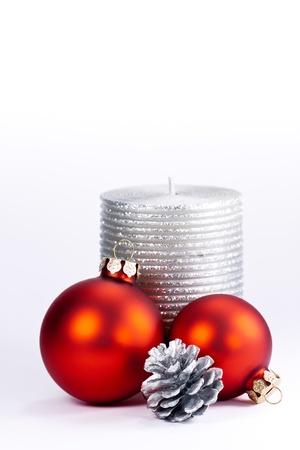 velas de navidad: Vela y decoración invernal en el fondo blanco
