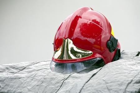 bombero de rojo: Rojo bombero casco Foto de archivo