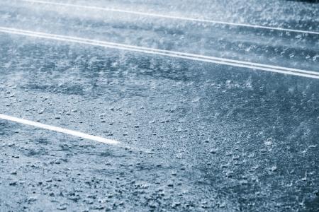 都市通りの雨の天気