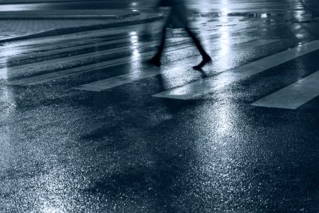 夜に道を渡る人々 写真素材