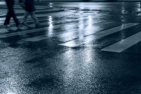 夜の人々 交差道路 写真素材