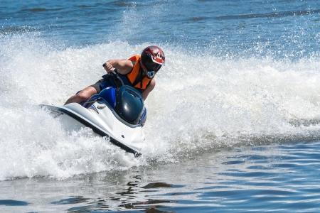 deportes nauticos: Hombre en moto acu�tica - deporte acu�tico extremo Foto de archivo