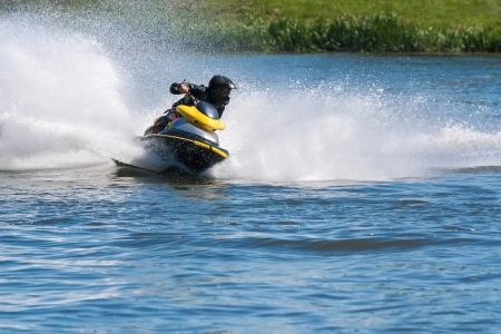 moto acuatica: Jet ski de alta velocidad en el r�o