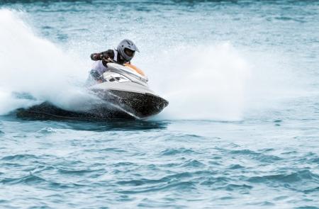 moto acuatica: El hombre en una moto de agua de alta velocidad