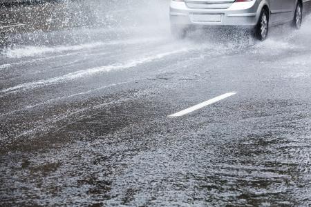 車の運転の都市の通り大雨の後