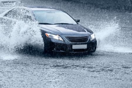 車の運転の都市通りの雨の後