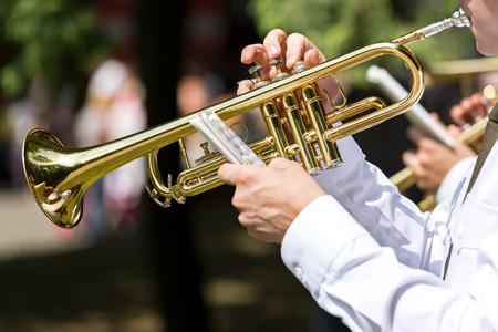 trompeta: El trompetista y su trompeta de oro Foto de archivo