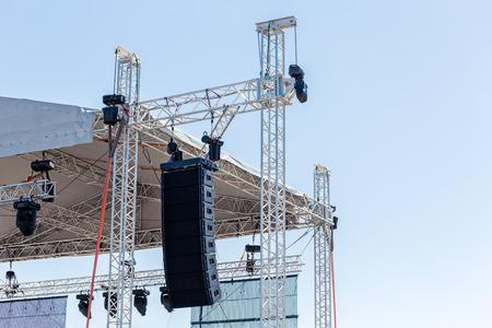 舞台照明やコンサートの前に音響機器を設定します。