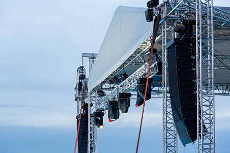Structures of stage illumination spotlights equipment and speakers  Imagens
