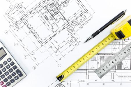 cinta de medir: Ingeniería y arquitectura dibujos y herramientas de trabajo - regla, lápiz, calculadora, cinta métrica Foto de archivo