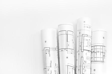 Stelletje opgerolde bouwplannen en technische tekeningen Stockfoto