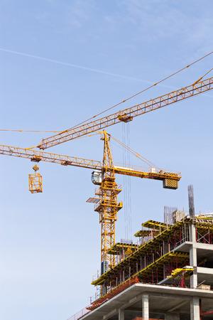 grue  tour: Appartements chantier de construction avec la tour jaune grue