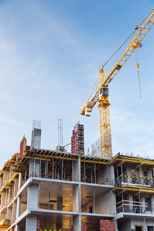grue  tour: Grue � tour et de b�timent en construction contre le ciel bleu