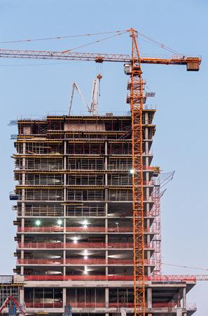 grue  tour: Grue � tour et de b�timent en construction au cr�puscule
