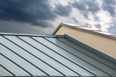 Nieuwe golfplaten metallic grijs dak van het nieuwe huis Stockfoto
