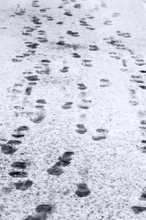 freshly fallen snow: Stampe del piede sulla neve appena caduta in inverno