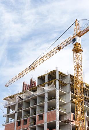 grue  tour: Immeuble de grande hauteur en construction avec grue � tour et �chafaudages