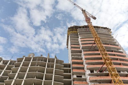 grue  tour: Haut-lieu de site de construction de b�timents avec tour grue jaune