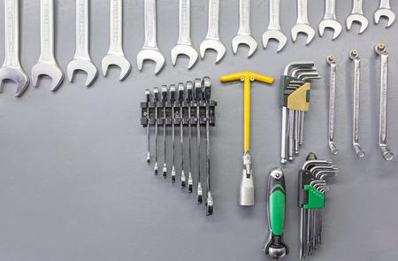 herramientas de mec�nica: Conjunto de herramientas de mano sobre fondo de madera gris Foto de archivo