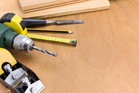 carpintero: Conjunto de herramientas de trabajo de carpintero en escritorio de madera