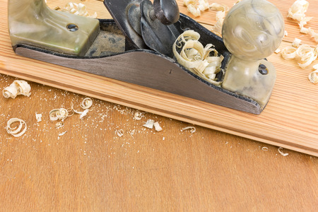 carpintero: Plano Carpinteros con virutas de tablones de madera Foto de archivo