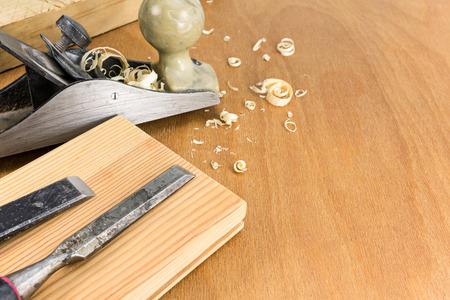 carpintero: Carpinteros trabajan herramientas: Plano y cinceles con tablones y virutas