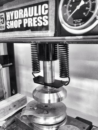 industrieel: Verticale hydraulische pers bij fabriek