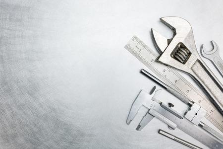 work tools: Conjunto de herramientas de trabajo de metal en la superficie de metal rayado Foto de archivo