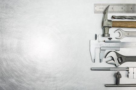 herramientas de mecánica: Conjunto de herramientas de trabajo de metal en el fondo rayado