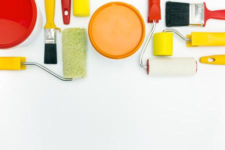 case colorate: lavori di ristrutturazione casa. strumenti di pittura e accessori su sfondo bianco. Archivio Fotografico