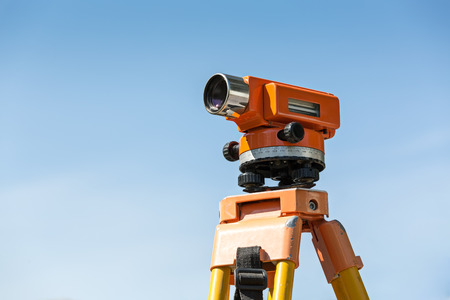 teodolito: equipos de construcción herramienta de nivel teodolito en contra de cielo azul Foto de archivo