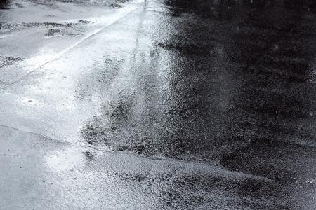 大雨の後の濡れたアスファルト歩道の背景