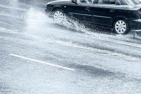 clima: conducci�n de autom�viles en la calle mojada de la ciudad durante un aguacero