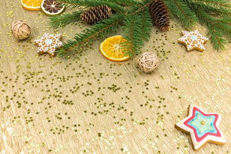 oro: christmas decorations and gingerbread cookies on golden background