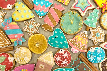 galletas de jengibre: caseras varias galletas de jengibre de Navidad decorado con especias Foto de archivo