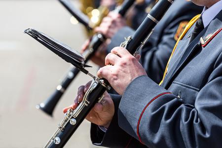 clarinet: grupo de jugadores de clarinete clarinete ejército orquesta de juego Foto de archivo
