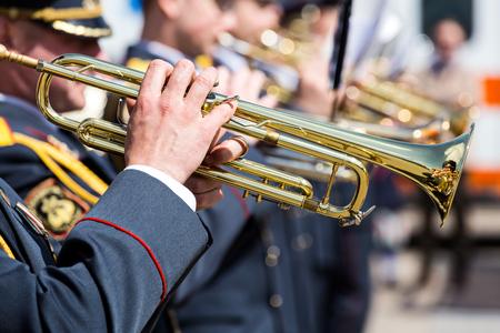 trompeta: los músicos de la orquesta militar tocando trompetas de oro