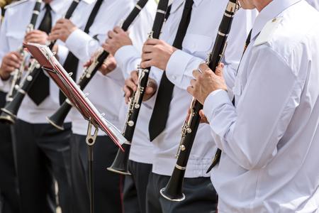 clarinet: grupo de jugadores de clarinete en la orquesta tocando el clarinete militar Foto de archivo