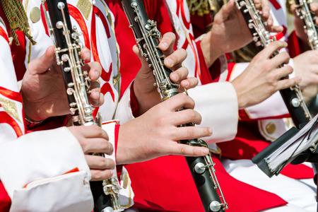 clarinete: joven músico realiza con el clarinete en una orquesta calle