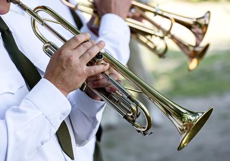 trompeta: músicos militares juega en trompetas en banda de música del ejército Foto de archivo