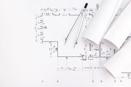 compas de dibujo: rodillos de modelos arquitectónicos y dibujos técnicos con el compás de dibujo