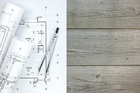 compas de dibujo: espacio de trabajo de arquitecto con el plan, rodillos de modelos y compás de dibujo Foto de archivo