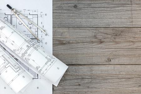 compas de dibujo: espacio de trabajo de arquitecto con el plano de planta y Compás de dibujo en el escritorio gris