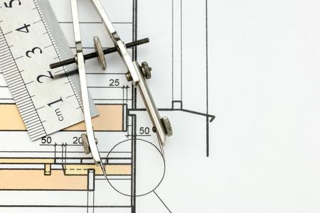 compas de dibujo: dibujo br�jula y gobernante sobre dibujo t�cnico en color Foto de archivo