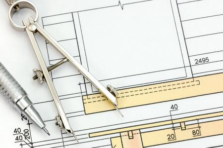 compas de dibujo: parte del proyecto arquitectónico con el dibujo de la brújula y lápiz