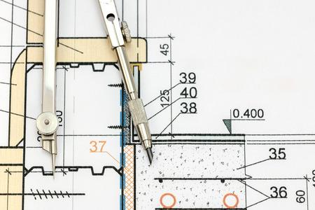 compas de dibujo: espacio de trabajo de arquitecto con proyecto y el dibujo de cerca brújula Foto de archivo